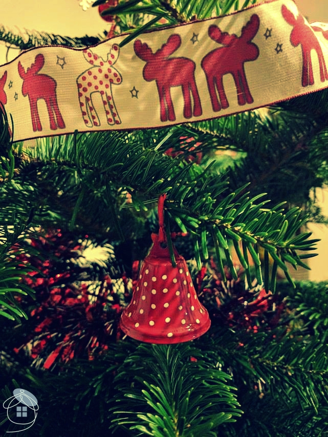 christmas-tree-bell-ribbon-red-white-moose-decoration-1